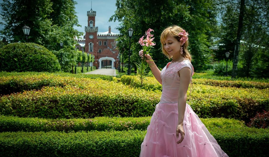 žena v růžové