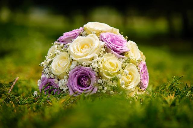 svatební kytice v trávě