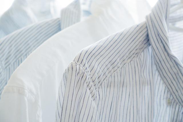 bílé košile s proužky