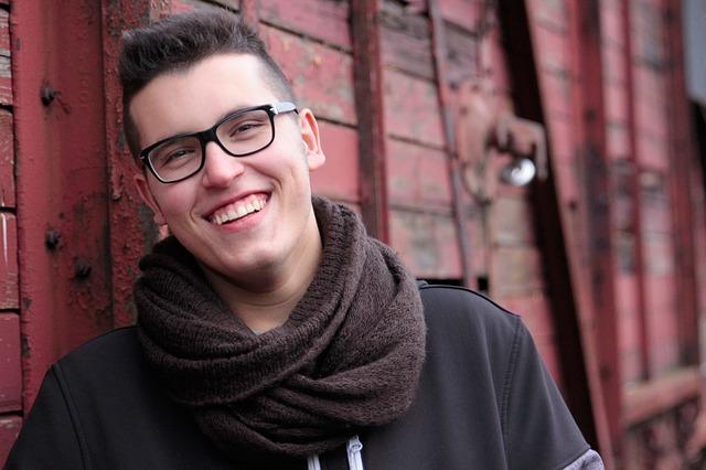 mladík s brýlemi