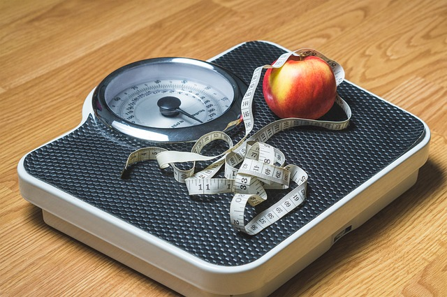 jablko s metrem na váze