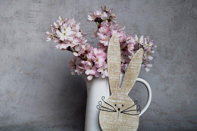 Váza s květinami a velikonočním zajíčkem